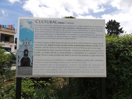 Trilingual plaque in Chiapas // Dreisprachige Infotafel in Chiapas