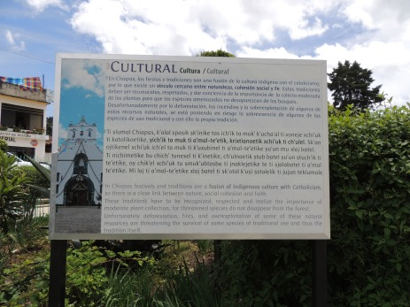 Trilingual plaque in Chiapas // Dreisprachige Infotafel in Chiapas
